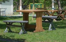 户外木桌和长凳 免版税库存照片