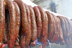 户外未加工的熏制的香肠 在格栅bbq烘烤的肉 肉纤巧 在格栅的香肠自创香肠 街道fo 库存图片