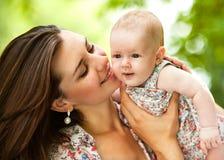 户外母亲和她的婴孩 图库摄影