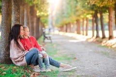户外母亲和小孩家庭在公园秋天天 免版税库存照片
