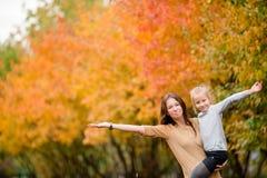 户外母亲和小孩家庭在公园秋天天 库存照片