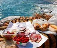 户外法国食物野餐在海运附近 库存图片