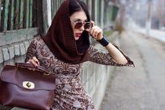 户外温暖的衣裳positng的妇女 图库摄影