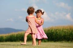 户外演奏二的女孩 免版税图库摄影