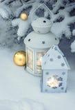 户外灯笼在雪下的一棵圣诞树 免版税库存照片