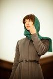 户外灰色外套的美丽的妇女 免版税图库摄影