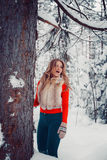 户外照片迷人的淘气女孩在与雪行动的冬天 免版税图库摄影