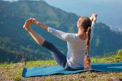 户外瑜伽在山 免版税图库摄影