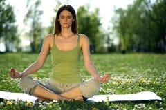 户外瑜伽 免版税库存照片