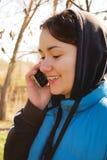 户外电话联系的妇女 免版税库存照片