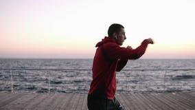 户外男性拳击手战斗机训练拳打,与无形的对手的锻炼 健康生活方式和能量与 股票视频