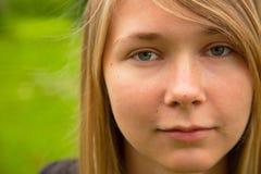 户外白肤金发的女孩 免版税库存照片