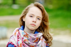 户外白肤金发的女孩 免版税库存图片