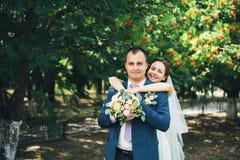 户外白色婚礼礼服的美丽的新娘 图库摄影