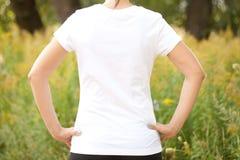 户外白色T恤杉的少妇 免版税库存照片