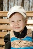 户外盖帽的小男孩 免版税库存图片