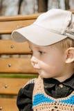 户外盖帽的小男孩 免版税图库摄影