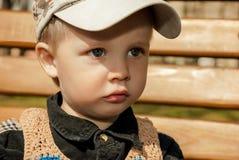 户外盖帽的小男孩 免版税库存照片