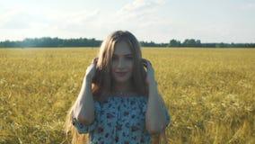 户外秀丽浪漫女孩 美丽的少年式样女孩在领域的偶然短的礼服穿戴了在太阳光 影视素材