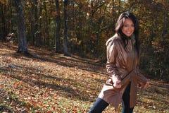 户外秋天方式性感的妇女 免版税库存照片