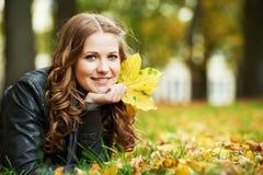 户外秋天的妇女 库存照片