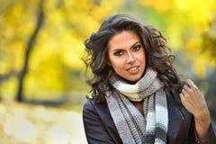 户外秋天美丽的环境纵向妇女年轻人 图库摄影