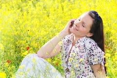 户外移动电话打电话使用妇女年轻人 免版税库存照片