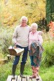 户外篮子夫妇去野餐前辈 库存照片