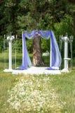 户外紫色婚礼装饰,枝形吊灯,登记在森林里 免版税库存照片