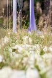 户外紫色婚礼装饰,枝形吊灯,登记在森林里 免版税图库摄影