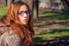 户外红头发人女孩在秋天 库存图片