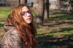 户外红头发人女孩在秋天 库存照片