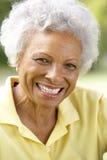 户外纵向高级微笑的妇女 免版税库存图片