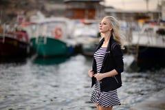 户外美丽的女孩 日森林春天郊区结构 免版税库存照片