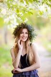 户外美丽的女孩画象在春天 免版税库存照片