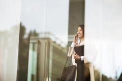 户外美丽的女实业家 免版税图库摄影