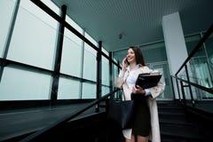 户外美丽的女实业家 免版税库存照片