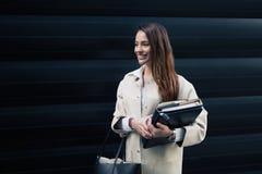 户外美丽的女实业家 免版税库存图片