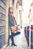 户外美丽的妇女在城市 免版税图库摄影