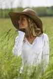 户外美丽的妇女 免版税库存照片