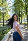 户外美丽的少妇 享受本质 绿草的健康微笑的女孩 免版税库存图片