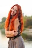 户外美丽的少妇画象有红色头发的 免版税库存照片