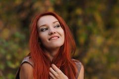 户外美丽的少妇画象有红色头发的 免版税库存图片