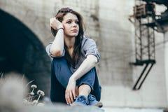 户外美丽的年轻哀伤的青少年的女孩画象坐台阶 库存照片