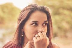 户外美丽的拉丁女孩画象  免版税图库摄影