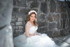 户外美丽的新娘 城堡 衣物夫妇日愉快的葡萄酒婚礼 免版税库存照片