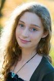 户外美丽的时兴的青少年的女孩特写镜头  图库摄影