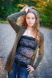 户外美丽的时兴的青少年的女孩 免版税图库摄影
