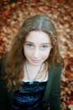 户外美丽的时兴的青少年的女孩 图库摄影