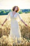 户外美丽的浪漫妇女 免版税库存图片